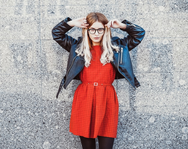 Hipstervrouw in modieuze toevallige de zomeruitrusting
