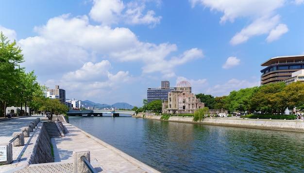 Hiroshima japan 8 september 2016 landschap rond het vredesmonument van hiroshima in de ochtend