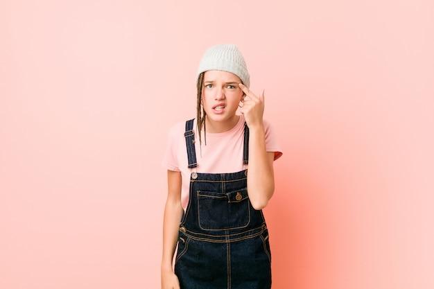 Hispter tienervrouw die een teleurstellingsgebaar met wijsvinger tonen
