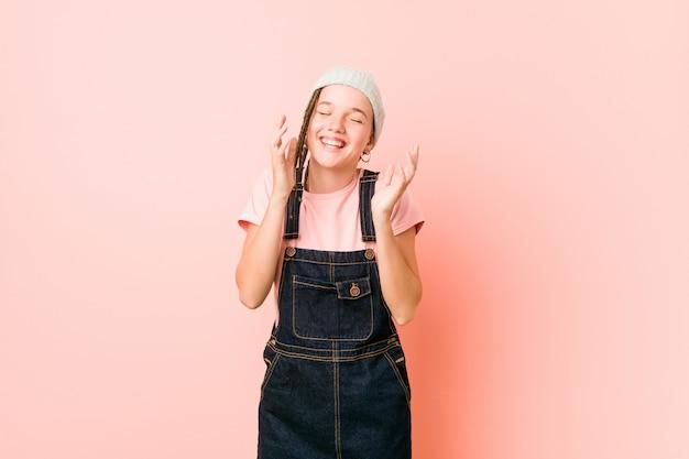 Hispter tienervrouw vreugdevol lachen veel. geluk concept.