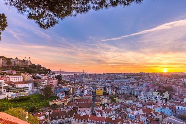 Historisch centrum van lissabon bij zonsondergang, portugal
