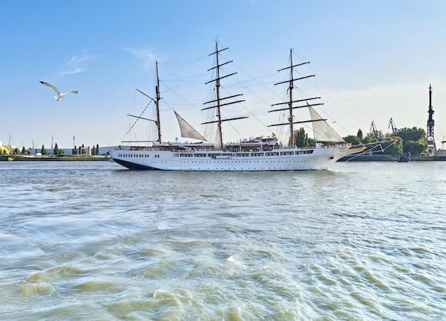 Historisch driemaster zeilschip dat hamburg, duitsland verlaat