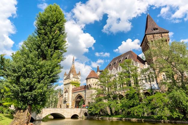 Historisch gebouw in het vajdahunyad-kasteel van boedapest over de blauwe hemel in het belangrijkste stadspark varosliget