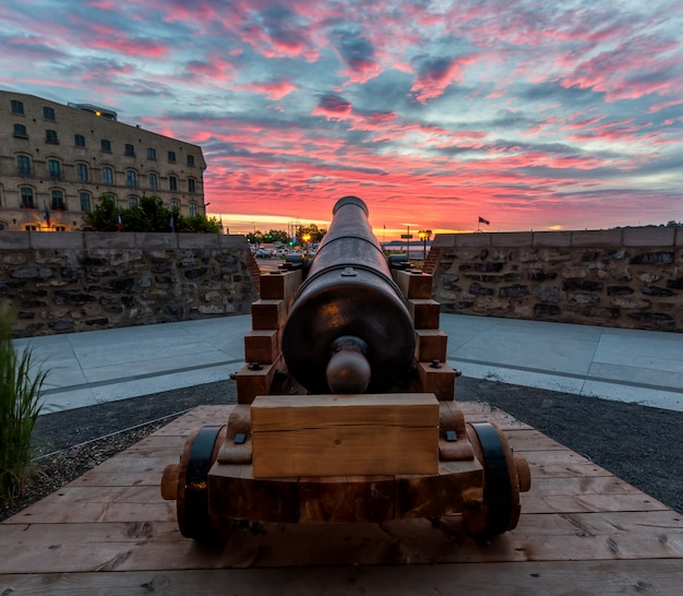 Historisch kanon bij zonsopgang in de oude stad van quebec