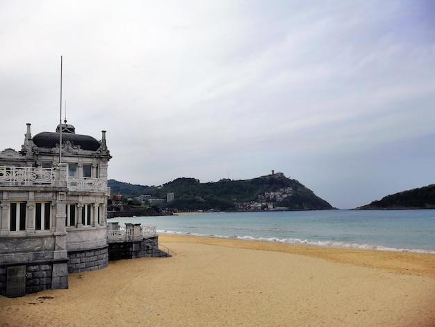 Historisch oud gebouw aan de kust in de badplaats san sebastian, spanje