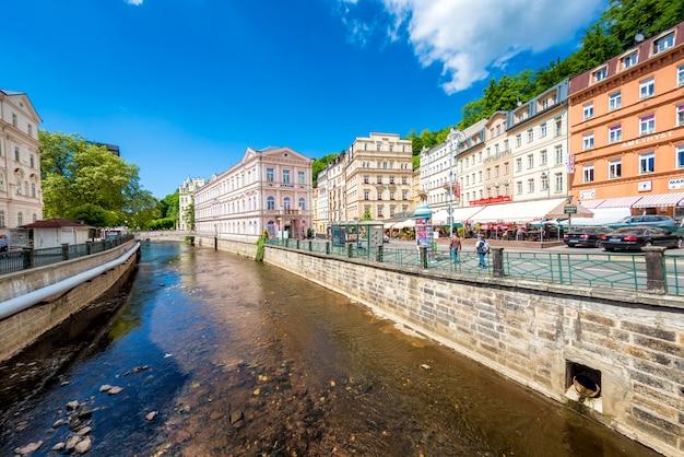 Historisch stadscentrum met rivier van het kuuroord karlovy vary