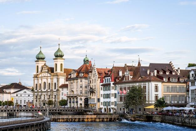 Historisch stadscentrum van luzern met beroemde kapelbrug in zwitserland.