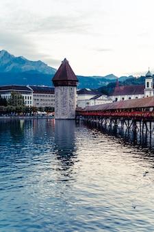 Historisch stadscentrum van luzern met beroemde kapelbrug in zwitserland