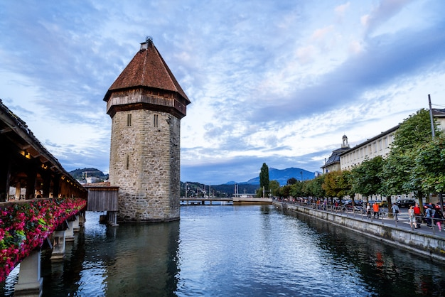 Historisch stadscentrum van luzern met de beroemde kapelbrug in zwitserland.