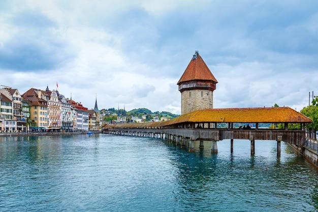 Historisch stadscentrum van luzern met kapelbrug en vierwoudstrekenmeer in bewolkte dag, zwitserland
