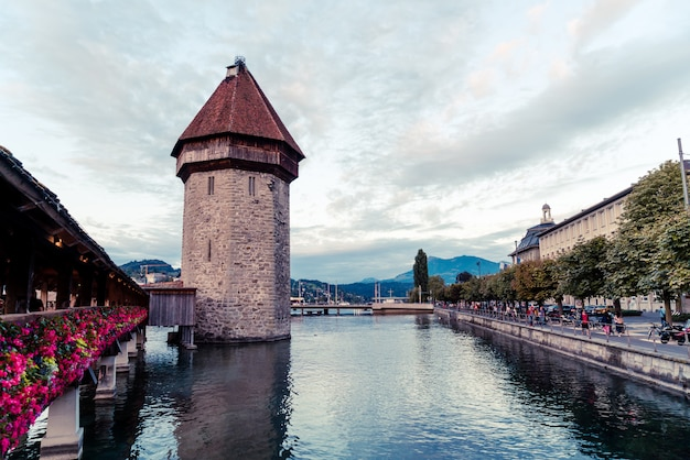 Historisch stadscentrum van luzerne met beroemde kapelbrug in zwitserland.