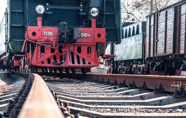 Historisch vertrekt de trein vanaf het station om passagiers op een lange reis naar een verre stad te vervoeren