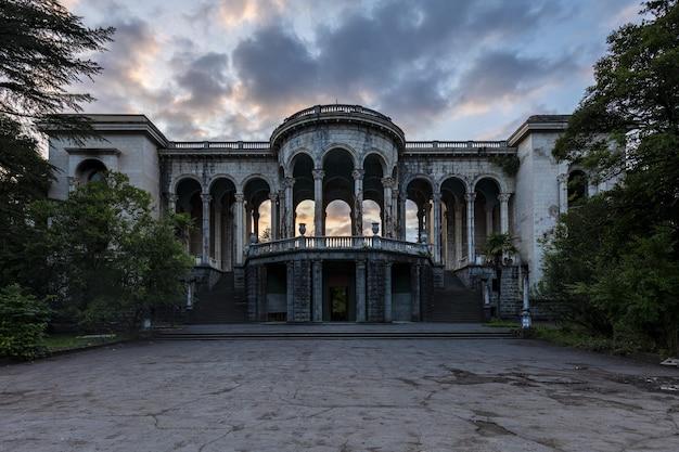 Historisch vervallen sanatorium medea in tskaltubo, georgië tijdens de zonsondergang