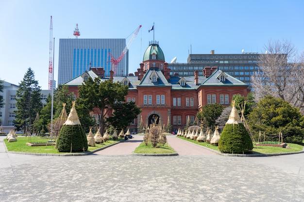 Historisch voormalig regeringskantoor van hokkaido in sapporo, hokkaido, japan. deze plek is een populaire reiziger
