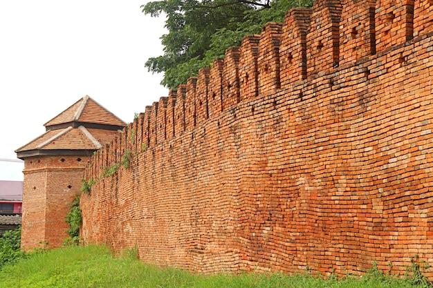 Historische bakstenen muur en toren van de oude stad nan, provincie nan, noord-thailand