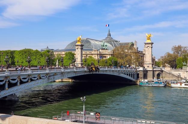 Historische brug pont alexandre iii over de rivier de seine in parijs frankrijk