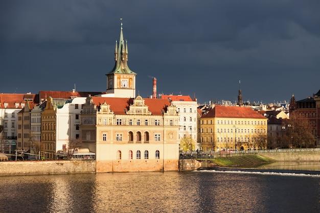 Historische gebouwen in praag op een zonsondergang na een storm