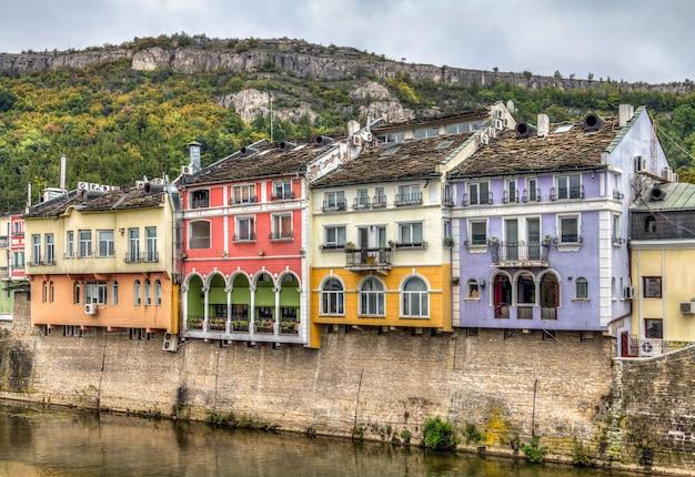 Historische gevels van gebouwen in lovech, bulgarije.