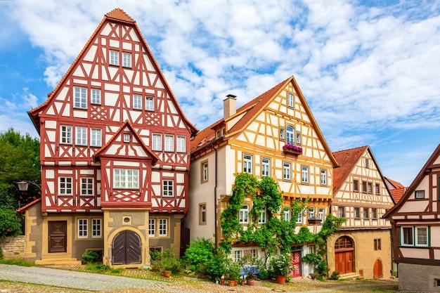 Historische, middeleeuwse vakwerkhuizen. de oude duitse stad bad wimpfen, duitsland. de zomerfoto op een zonnige dag tegen een heldere blauwe hemel