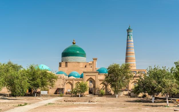 Historische moskee bij itchan kala-vesting in het historische centrum van khiva. unesco-werelderfgoed in oezbekistan, centraal-azië
