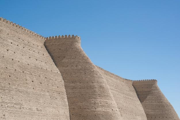 Historische muren van ark-fort in bukhara, centraal-azië