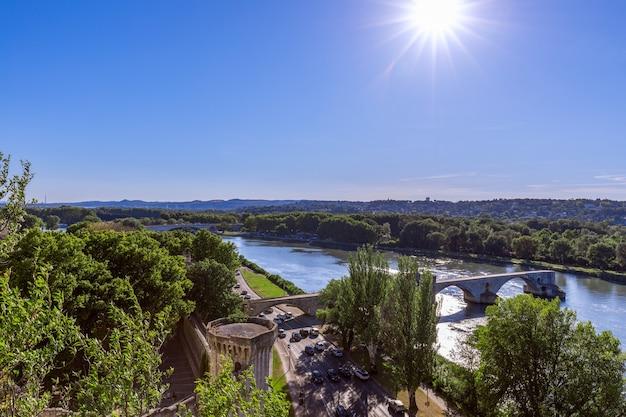 Historische saint benezet-brug over de rivier de rhône in de stad van avignon