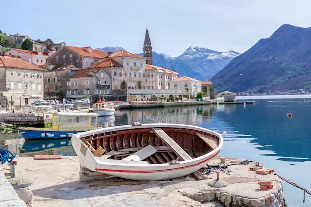 Historische stad perast bij baai van kotor in de zomer, montenegro