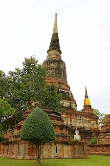 Historische stoepa in wat yai chai mongkhon-tempel, de oude stad van ayutthaya, thailand
