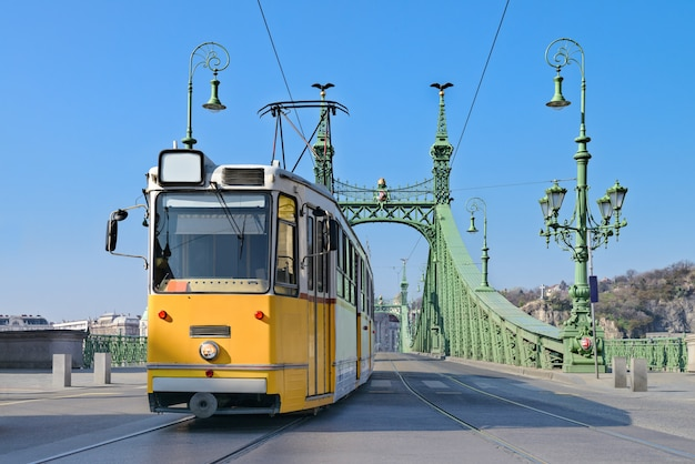 Historische tram op vrijheidsbrug in boedapest