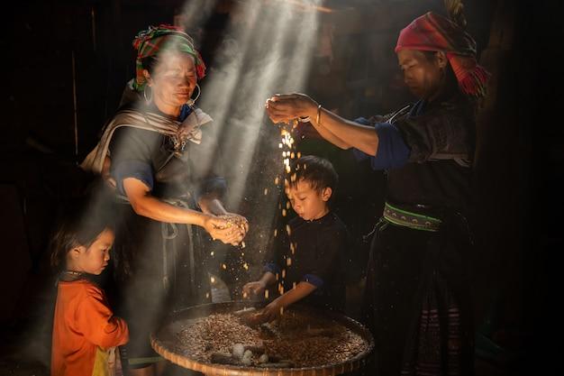 Hmong bergstam familie sorteert maïszaden in hun huis, vietnam datum 01/08/2021