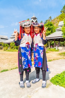Hmong-kinderen met neusslijm, portret van h'mong (miao) -meisjes die traditionele kleding dragen tijdens nieuwe maanjaarvakantie