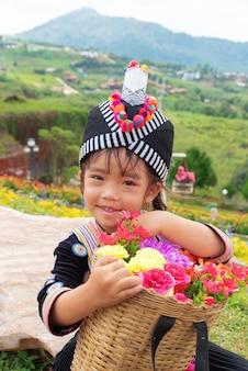 Hmong-stammeisjes houden haar mand met bloemenbamboe vast