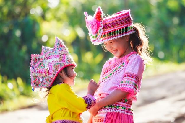 Hmongmeisje in traditionele kleding bij. doi inthanon, chiang mai, thailand
