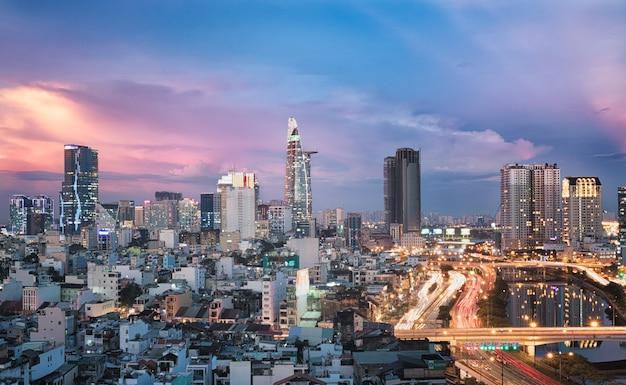 Ho chi minh city in vietnam tijdens zonsondergang