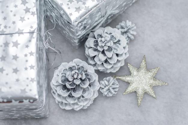 Hobbels in de sneeuw en cadeautjes in zilveren verpakking