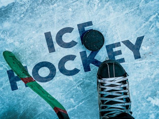 Hockeypuck en stok op de ijstextuur, copyspace en tekst b