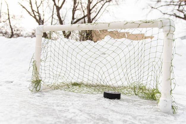 Hockeypuck in het doel netto close-up