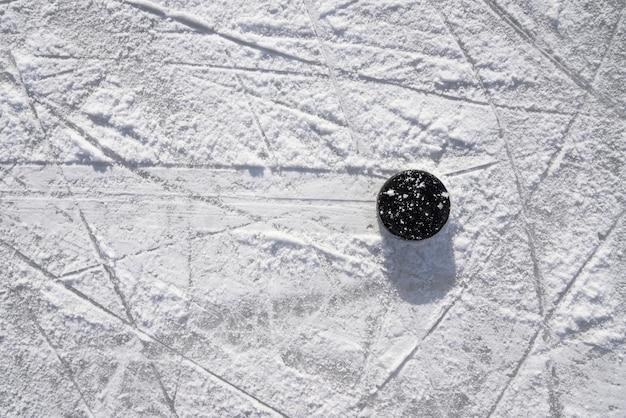 Hockeypuck ligt op het ijs in het stadion