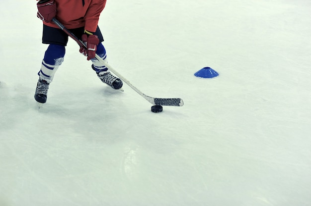 Hockeyspeler met de puck op training