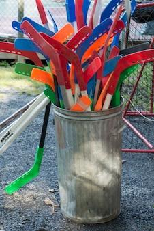 Hockeysticks in een vuilnisbak, lake of the woods, ontario, canada
