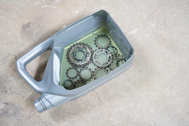 Hoe een fietscassette schoon te maken door hem in een dieselbrandstof te weken.