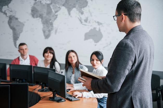 Hoe gaat het met je deals? groep mensen op handelsconferentie in moderne klas overdag