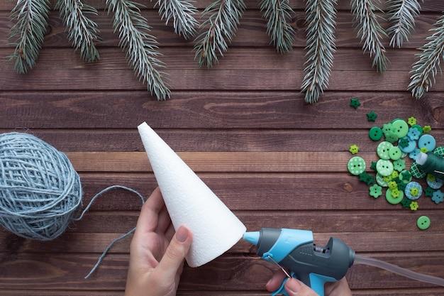 Hoe maak je thuis een kerstboom van touw en knopen. stap voor stap instructies.