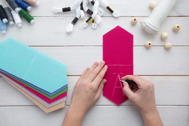 Hoe maak je thuis een vilten vlaggenslinger met geborduurde letters.