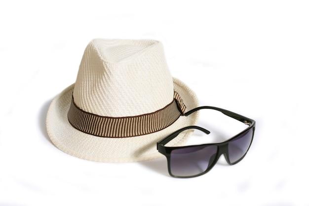 Hoed en zonnebril geïsoleerd op een witte achtergrond