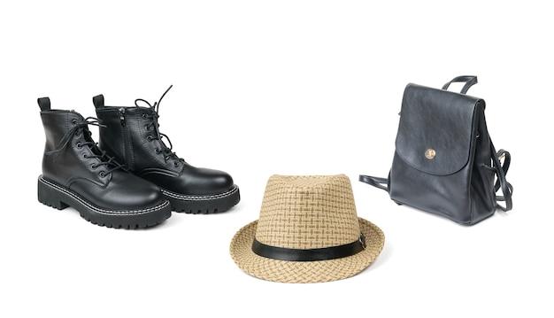 Hoed, tas en schoenen geïsoleerd op een wit oppervlak. reis kit.
