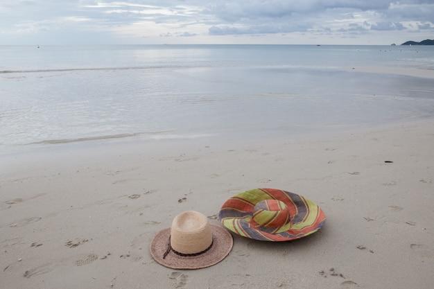 Hoeden op een strand op tropisch eiland