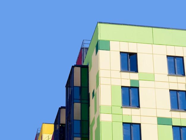 Hoek van een nieuw modern huis tegen de blauwe hemel.