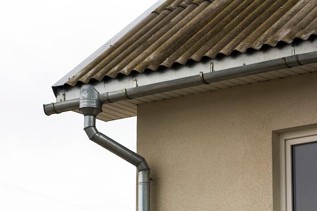 Hoek van een woning met een stalen dakgootsysteem