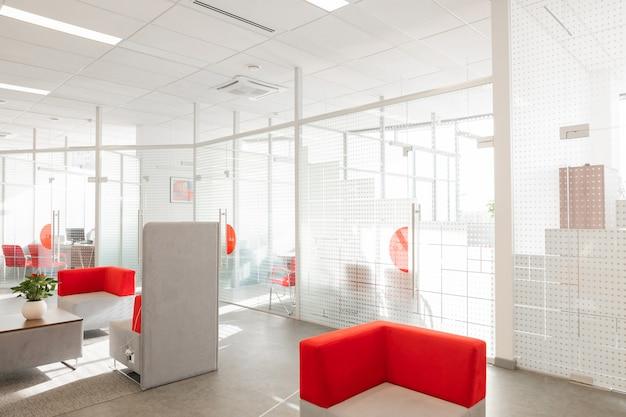 Hoek van modern kantoor met witte muren
